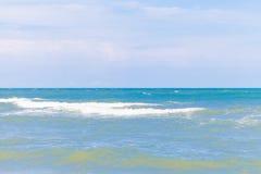 Blauwe overzees met duidelijke hemel | Mooie natuurlijke landschapsachtergrond | Oceaan en strand in Thailand Royalty-vrije Stock Afbeelding
