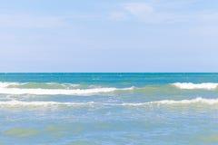 Blauwe overzees met duidelijke hemel | Mooie natuurlijke landschapsachtergrond | Oceaan en strand in Thailand Stock Afbeeldingen