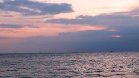 Blauwe overzees met golven met de zon in de dageraad