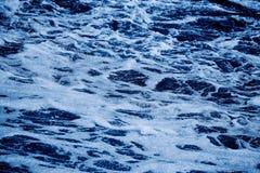 Blauwe overzees met golven en schuimachtergrond Royalty-vrije Stock Afbeelding