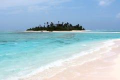 Blauwe overzees met klein verlaten eiland Stock Afbeelding