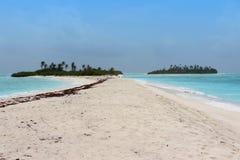 Blauwe overzees met klein verlaten eiland Stock Foto