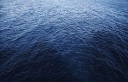 Blauwe overzees met schaduw van de rotsen royalty-vrije stock foto