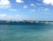 Blauwe overzees met schepen Stock Afbeeldingen
