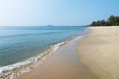 Blauwe overzees met zandstrand in zonnige dag Bestemming voor de zomervakantie Natuurlijke Mening royalty-vrije stock foto's