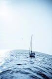 Blauwe overzees met zeilboot Royalty-vrije Stock Afbeeldingen
