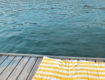 Blauwe overzees op de achtergrond van een houten strand stock foto