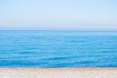 Blauwe overzees, overzeese kust, kleine stenen royalty-vrije stock foto