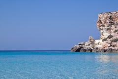 Blauwe overzees van Lampedusa, Sicilië. royalty-vrije stock fotografie