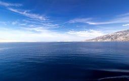 Blauwe overzees, witte eiland en hemelachtergrond ADRIATISCHE OVERZEES stock foto's