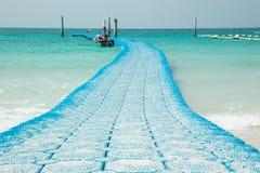 Blauwe overzeese die boei voor meertros en afbakening van veilige boten wordt aangewezen Stock Foto