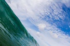 Blauwe overzeese golf en hemel abstracte achtergrond Mooi zeegezicht op diagonale samenstelling Stock Afbeeldingen