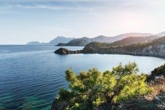 Blauwe overzeese golf van Middellandse-Zeegebied op Turkse kust in eveni Royalty-vrije Stock Afbeelding