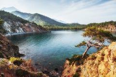 Blauwe overzeese golf van Middellandse-Zeegebied op Turkse kust in eveni Stock Afbeeldingen
