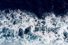 Blauwe overzeese golven met heel wat overzees schuim royalty-vrije stock afbeeldingen