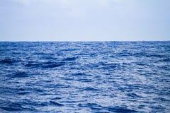Blauwe Overzeese Hemel Mooie zeegezichtachtergrond Stock Foto