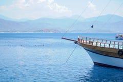 Blauwe overzeese jachten, baaien van Fethiye, Mugla, Turke stock afbeelding