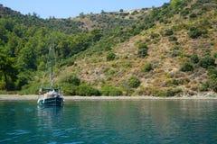 Blauwe overzeese jachten, baaien van Fethiye, Mugla, Turkije stock afbeeldingen