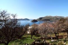 Blauwe overzeese mening van het dorp, Turkije, Egeïsch dorp, Egeïsche overzees royalty-vrije stock foto