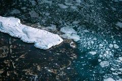 Blauwe overzeese oppervlakte met dunne ijstextuur en sneeuw royalty-vrije stock afbeelding