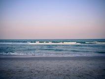 Blauwe overzeese zand en hemel stock afbeeldingen