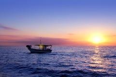 Blauwe overzeese zonsopgang met zon in horizon Stock Foto