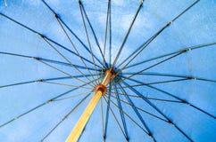 Blauwe paraplu Royalty-vrije Stock Foto's