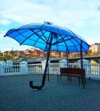 Blauwe paraplu, moderne kunst, kamenets-Podolsky, de Oekraïne stock fotografie