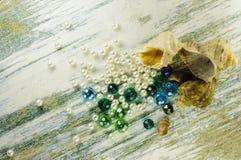 Blauwe parels, verspreide parel en zeeschelpen Royalty-vrije Stock Fotografie
