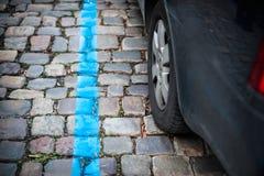 Blauwe parkerenstreek voor auto's in de stad Stock Foto's