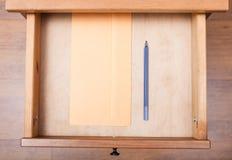 Blauwe pen en envelop in open lade royalty-vrije stock fotografie