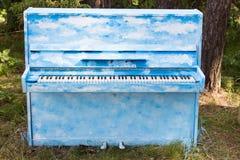 Blauwe piano die zich op de grond bevinden Royalty-vrije Stock Afbeelding