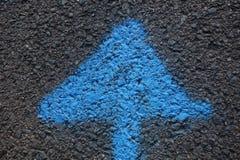 Blauwe Pijl die naar omhoog richten stock foto