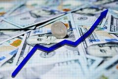 Blauwe pijlgrafiek op de achtergrond van honderd-dollar rekeningen en de Russische roebel 3d teruggegeven illustratie Stock Afbeeldingen