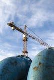 Blauwe pijpleidingen bij bouwwerf Stock Foto