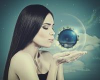 Blauwe Planeet in haar handen Stock Afbeelding