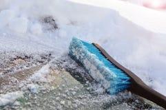 Blauwe plastic borstel voor het schoonmaken van sneeuw Het schoonmaken van de auto in de winter van sneeuw royalty-vrije stock foto's