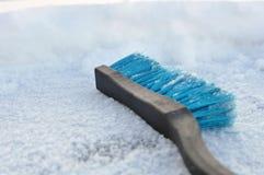 Blauwe plastic borstel voor het schoonmaken van sneeuw Het schoonmaken van de auto in de winter van sneeuw stock fotografie