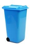 Blauwe Plastic die Afvalcontainer of Wheelie-Bak, op Wit wordt geïsoleerd royalty-vrije stock foto's