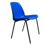 Blauwe plastic die het stapelen stoel op wit wordt geïsoleerd stock fotografie