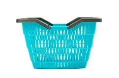 Blauwe plastic die het winkelen mand op wit wordt geïsoleerd. Stock Afbeelding