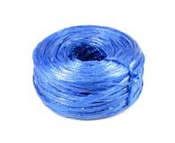 Blauwe plastic die kabel op witte achtergrond wordt geïsoleerd Het plastic koord is royalty-vrije stock foto's