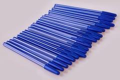 Blauwe plastic die pennen op wit worden geïsoleerd stock foto