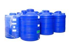 Blauwe plastic die watertanks op witte achtergrond worden geïsoleerd Stock Foto