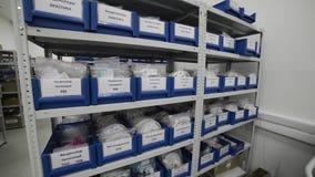 Blauwe plastic dienbladen in metaalrekken stock footage