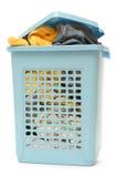 Blauwe plastic mand met kleren royalty-vrije stock afbeeldingen