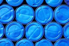Blauwe plastic vaten die chemische producten bevatten Stock Foto's