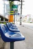 Blauwe plastic zetels in bushalte, zachte nadruk Stock Afbeeldingen