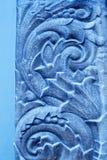 Blauwe pleistermuurschildering op een muurachtergrond stock foto's