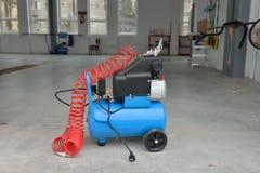 Blauwe pompcompressor voor wasauto's, binnen Het schoonmaken concept Stock Foto
